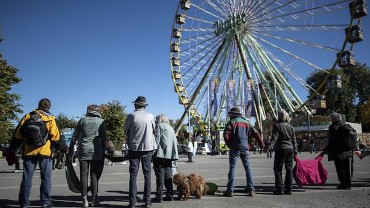 """Corona-Skeptiker bilden eine Menschenkette im Gebiet """"Klein-Venedig"""" am Bodensee in Konstanz."""