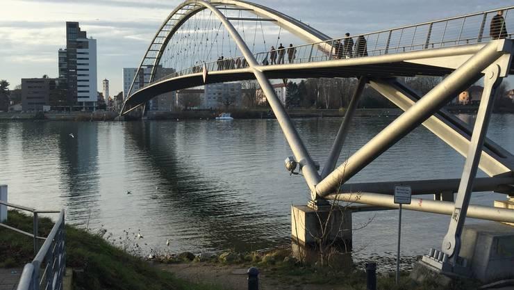Nach Anrufen von Dritten, erkannten Polizeistreifen das Boot bei der Dreiländerbrücke. (Archiv)