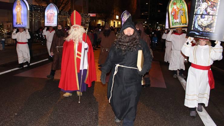 St. Nikolaus mit Schmutzlis unterwegs zur St. Martinskirche