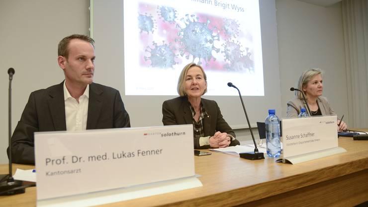 Kantonsarzt Lukas Fenner zusammen mit den Regierungsrätinnen Susanne Schaffner und Brigit Wyss an einer Medienkonferenz. (Archiv)