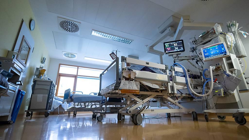 ARCHIV - Ein Intensivbett, in dem ein Covid-19-Patient liegt, steht auf einer Intensivstation des RKH Klinikum Ludwigsburg. Foto: Sebastian Gollnow/dpa