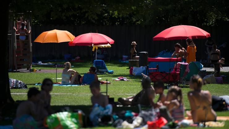 Schattenplätze waren diesen Sommer in den Badis – wie hier in Hünenberg – einmal mehr begehrt.