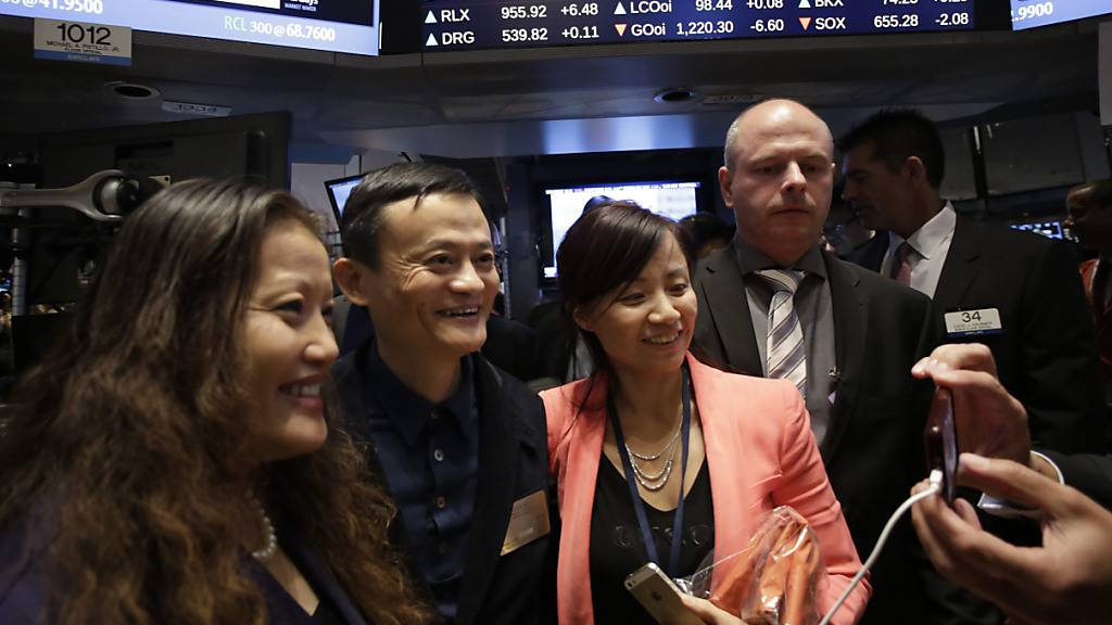 Die USA ziehen die Schrauben an für chinesische Firmen, die an der Wall Street kotiert sind. Das betrifft unter anderem Firmen wie Alibaba. Im Bild Alibaba-Konzernchef Jack Ma (zweiter von links) beim IPO an der New York Stock Exchange im Jahr 2014.
