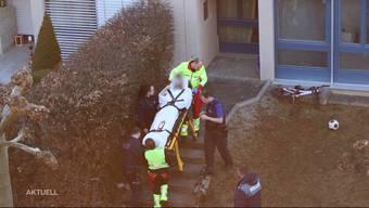 Mit schweren Stichverletzungen wurde ein 33-jähriger Mann am Samstagabend in Olten abtransportiert. Er befindet sich ausser Lebensgefahr. Laut Anwohnern soll die Polizei nach dem Angriff die Wohnung des Opfers untersucht haben.