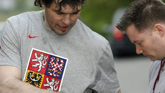 Jaromir Jagr (links) erfüllte nach dem Training bereits wieder Autogrammwünsche
