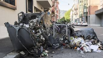 Bei den Ausschreitungen vom Freitagabend in Zürich steckten die Aktivisten auch Container in Brand. Der Sachschaden beläuft sich auf über 200'000 Franken. Neun Personen wurden festgenommen.