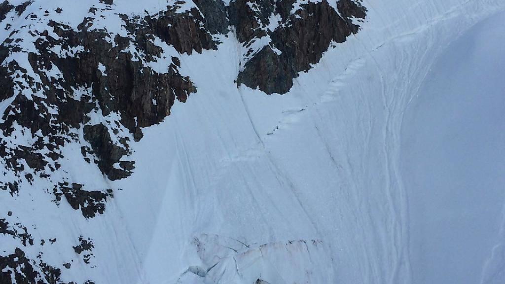 Der Bergsteiger stürzte beim Finsteraarhorn im Wallis ab, rutschte über ein Schneefeld und fiel vier Meter tief in eine Gletscherspalte.