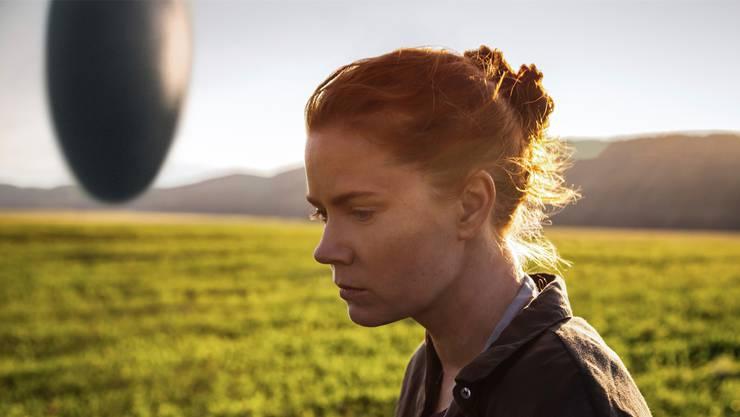 Amy Adams spielt in «Arrival» eine Sprachwissenschafterin, die versucht, mit ausserirdischen Besuchern (hinten: ihr Raumschiff) zu kommunizieren.