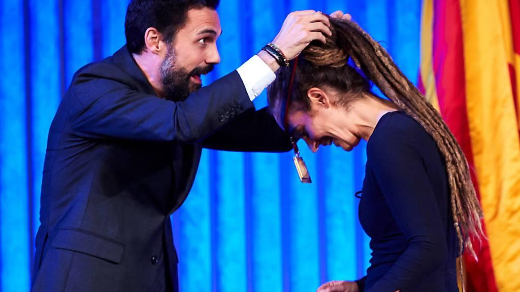 Der katalanische Parlamentspräsident Roger Torrent hängt Sea-Watch-Kapitänin Carola Rackete die Ehrenmedaille um.