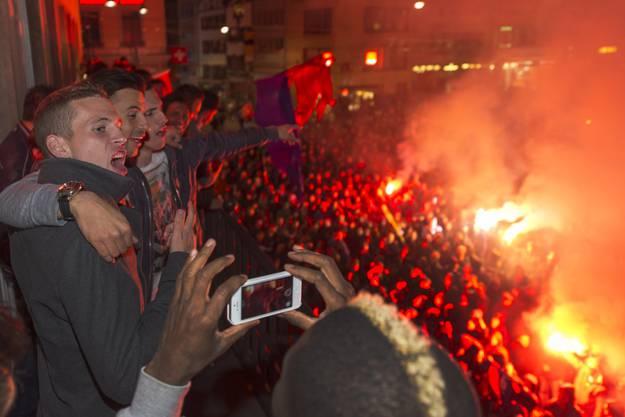 Die Spieler des FC Basel feiern mit ihren Fans den Meistertitel auf dem Barfüsserplatz in Basel, in den frühen Morgenstunden am Freitag.