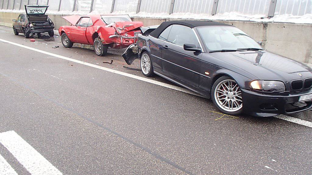Der schleudernde BMW prallte in den Oldtimer, der auf dem Pannenstreifen stand. Ein Mann wurde zwischen Oldtimer und Abschleppfahrzeug eingeklemmt und verletzt.