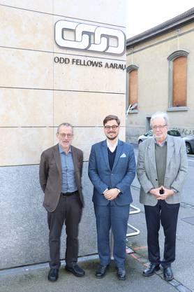 Aarauer Odd-Fellows unterstützen das Frauenhaus Aargau-Solothurn (v.l.): Ulrich Rohr, Obmann des Wohltätigkeits-Komitees der Schenkenberg-Loge Aarau;  Remo Grond, Mitglied des Stiftungsrates Frauenhaus Aargau-Solothurn, sowie Obermeister Jürg Oberle