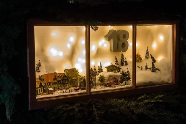 Das Adventsfenster Nummer 18 beim Feuerwehrmagazin in Obergerlafingen.