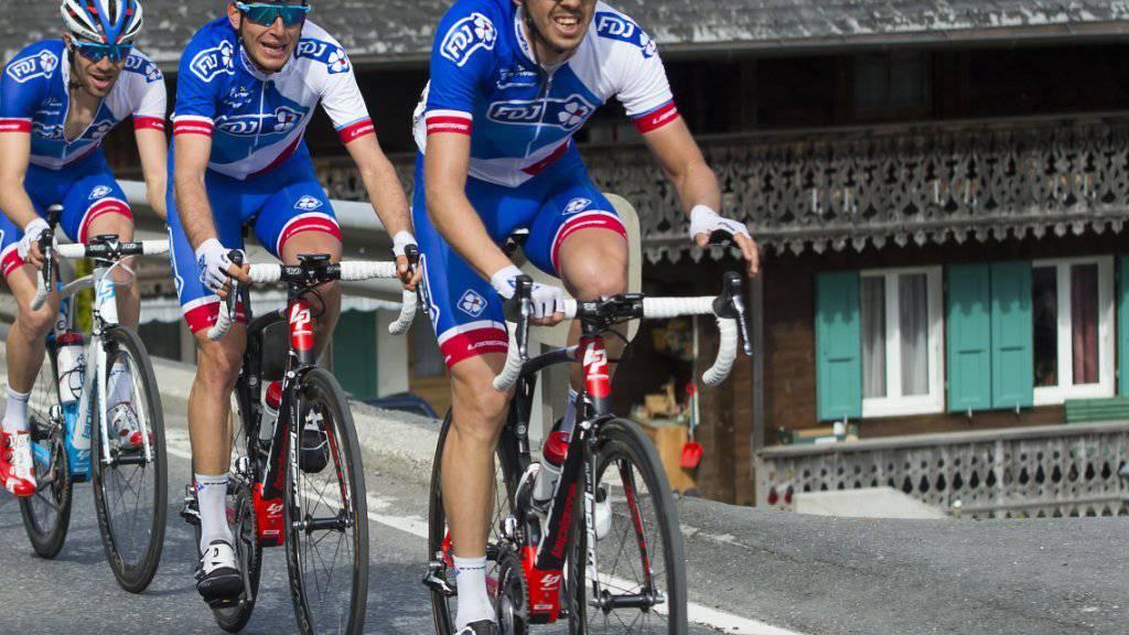 Die beiden Walliser Steve Morabito (rechts) und Sébastien Reichenbach (Mitte) sollen an der Tour de France für ihren FDJ-Captain Thibaut Pinot (links) wichtige Helferdienste verrichten
