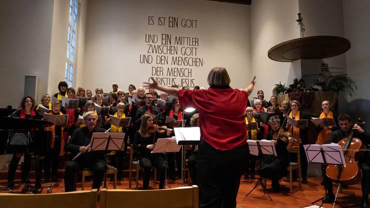 Chorleiterin Vreni Brotschi mit MusikerInnen und dem Chor