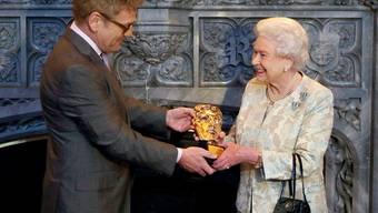 Die Queen erhält den BAFTA-Ehrenpreis von Regisseur Kenneth Branagh überreicht