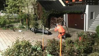 Die zwei 18-Jährigen kolliderten auf dem Vorplatz eines Zweifamilienhauses mit einem Blumenbeet und kamen zu Fall.