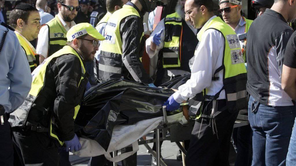 Sanitäter bringen am Montag in Jerusalem den Leichnam des getöteten palästinensischen Mädchens weg.