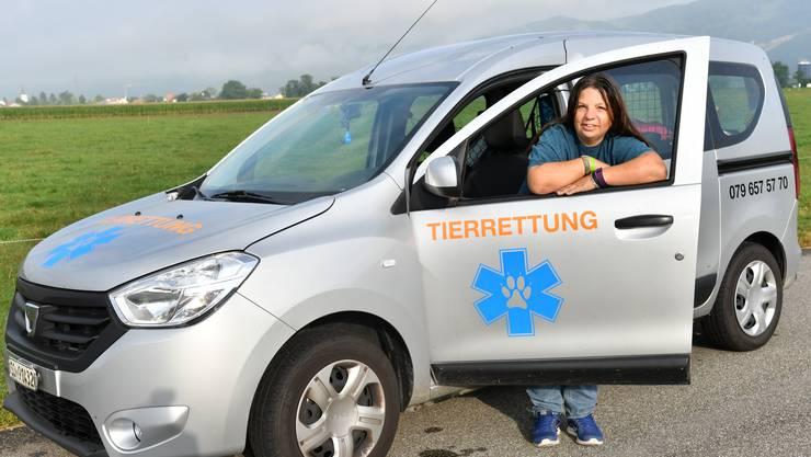 Beatrice Spielmann vor ihrem Tierrettungs-Auto, welches sie eigens dafür angeschafft hat.