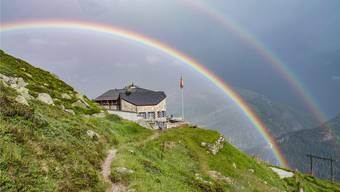 Eines der zwei Juwele des SAC Lindenberg in beinahe märchenhafter Stimmung: Ein Doppelregenbogen über der Salbithütte im Urnerland.
