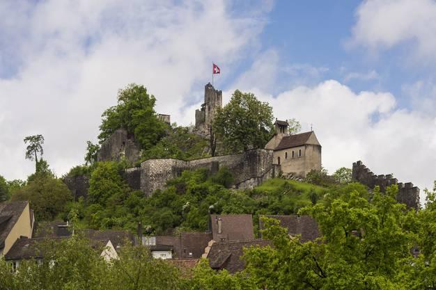 Hoch über der Stadt Baden thront die Schlossruine Stein. Nicht nur Frischverliebte finden sich hier ein, um den Blick weit über das Limmattal schweifen zu lassen. Die Schlossruine ist auch Teil der neun Kilometer langen Chänzeli-Tour (via Ennetbaden, für die man drei Stunden einplanen sollte (total 700 Höhenmeter).