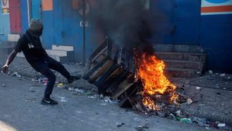 Bei Ausschreitungen nach Protesten in Haiti sind am Sonntag (Ortszeit) zwei Personen ums Leben gekommen.