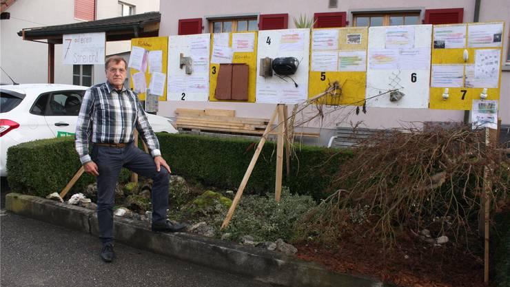 «7 auf einen Schildbürger-Streich». Auf sieben Stellwänden hat Hans Stebler dokumentiert, worüber er sich ärgert. Links zu sehen das zu breite Garagen-Dach.