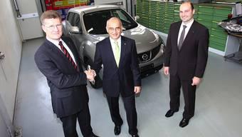 Gregory Boss von Nissan (links) mit Peter Haas vom AGVS und Nissan Händler Gabriel Galliker vor dem Nissan Juke.