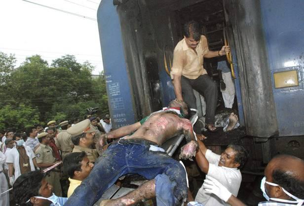 Helfer bergen einen verletzten Passagier