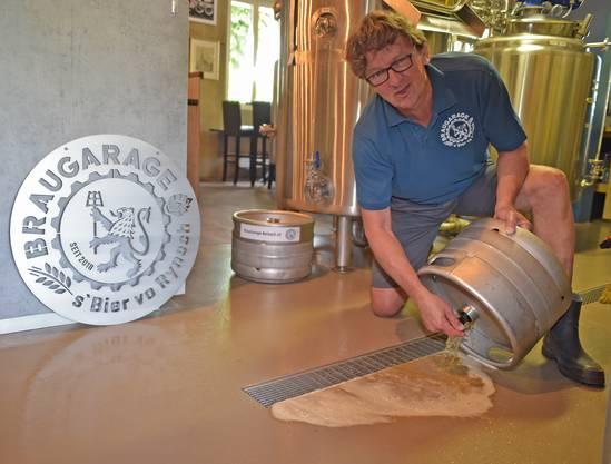 Fritz Züger konnte nicht anders, als das Bier wegzuleeren.