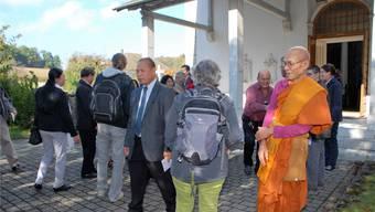 Eine Szene vom interreligiösen Spaziergang, der am 15. Oktober unter Beteiligung des Buddhistischen Khmer-Kulturzentrums in Walterswil stattfand.