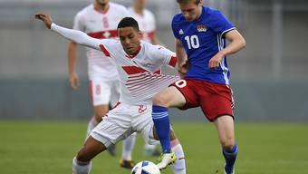 Doppeltorschütze Marvin Spielmann (links) kämpft gegen Liechtensteins Livio Meier um den Ball