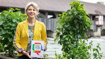 Franziska Vonaesch ist stolz auf ihren druckfrischen Ratgeber. Chris Iseli