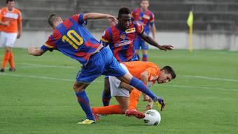 Basels Marco Bicvic (Nr. 10) und Kofi Nimeley in Aktion.
