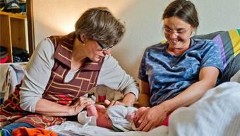 Frauen haben die Wahl: Eine Hebamme bei der Nachkontrolle bei einem Säugling. Freudiger/Archiv