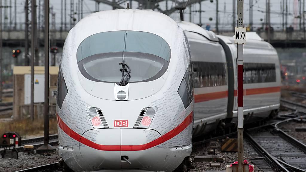 Die Deutsche Bahn (DB) bezieht noch mehr Strom aus Windkraft. (Archivbild)