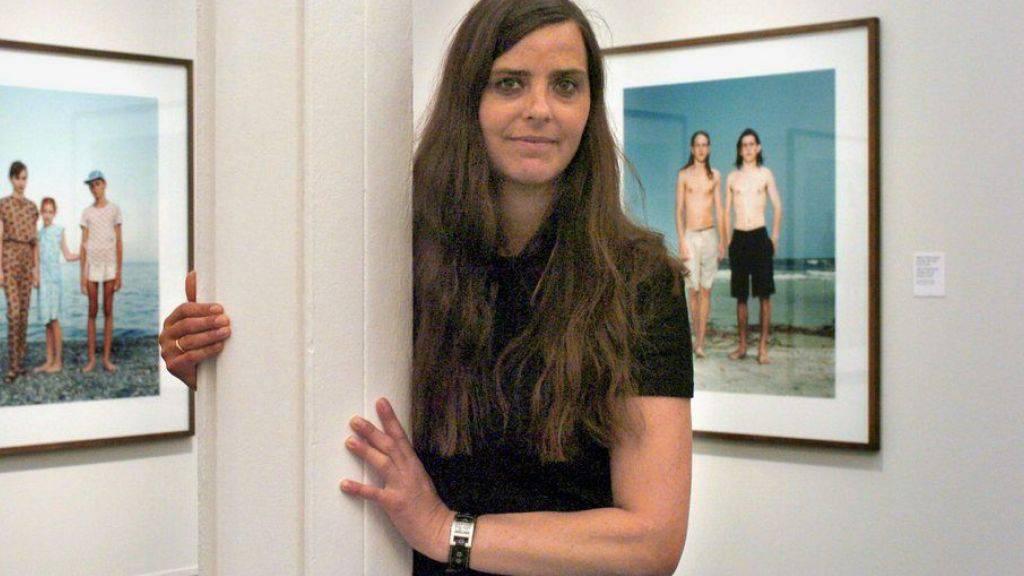 Die holländische Fotografin Rineke Dijkstra - hier vor zwei Ihrer Bilder - erhält den renommierten Hasselblad-Preis. (Archivbild)
