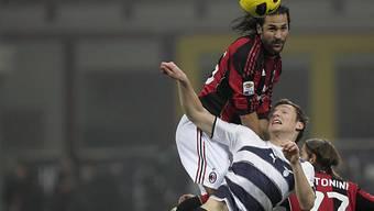 Milans Mario Yepes klarer Kopfballsieger gegen Libor Kozac