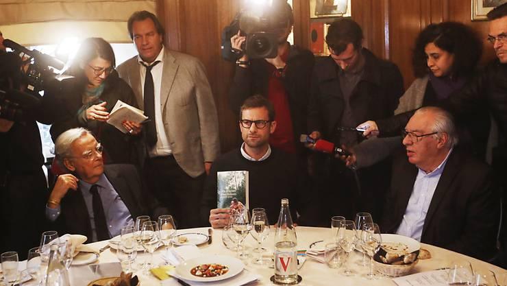 """Nicolas Mathieu (mitte): Für sein Buch """"Les Enfants Apres Eux"""" erhält der französische Autor den renommierten Prix Goncourt."""