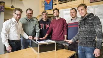 Ein Teil des Teams von pQRSt tech mit einem Prototyp ihrer Videoerkennung (von links): Thaddäus Stucki, CEO Milo Graf, Edgar Carrasco, Frédéric Bourgeois, Marc Faresse und Andreas Meier.