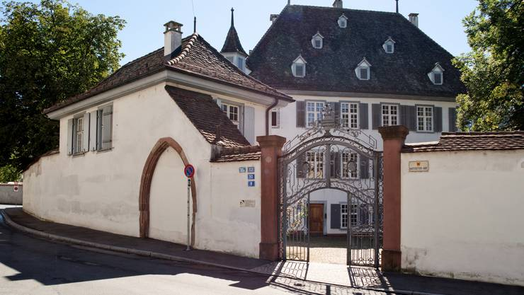 Der Hattstätterhof zwischen Riehentorstrasse, Lindenberg und dem Oberen Rheinweg ist eines der bedeutendsten weltlichen Baudenkmäler im Kleinbasel. Das dreistöckige Haupthaus mit vier Ecktürmchen und Treppenturm an der Südostfassade wurde 1501 auf dem Areal einer Ziegelei erbaut. Der ummauerte Herrschaftssitz hob sich aus der ansonsten kleinteiligen Altstadtbebauung Kleinbasels hervor. Bis ins 19. Jahrhundert befand sich das Anwesen im Besitz von Adeligen und Bürgern. Von 1576 bis 1585 gehörte es dem illustren Söldnerführer Claus von Hattstatt, welcher der Liegenschaft ihren Namen gab. Führungen um 11, 14, 15.30 Uhr, Anmeldung beim Infostand am Claraplatz