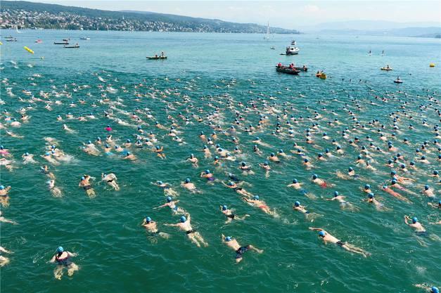Seeüberquerung: Die sommerliche Hitzewelle lockt die Massen ins Wasser.Keystone