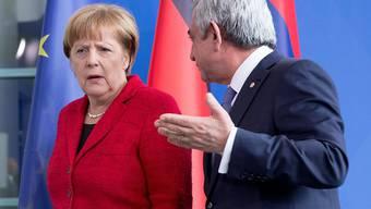 Kein Lächeln in Berlin - die Zeiten sind schwierig. Bundeskanzlerin Merkel mit dem armenischen Präsidenten Sargsjan am Mittwoch im Kanzleramt.