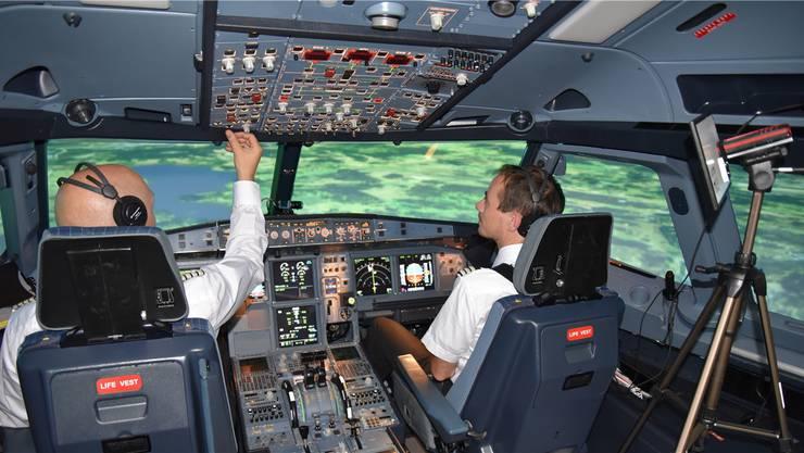 Mit Kameras analysieren Swiss und ETH die Augenbewegungen der Piloten im Simulator.HO