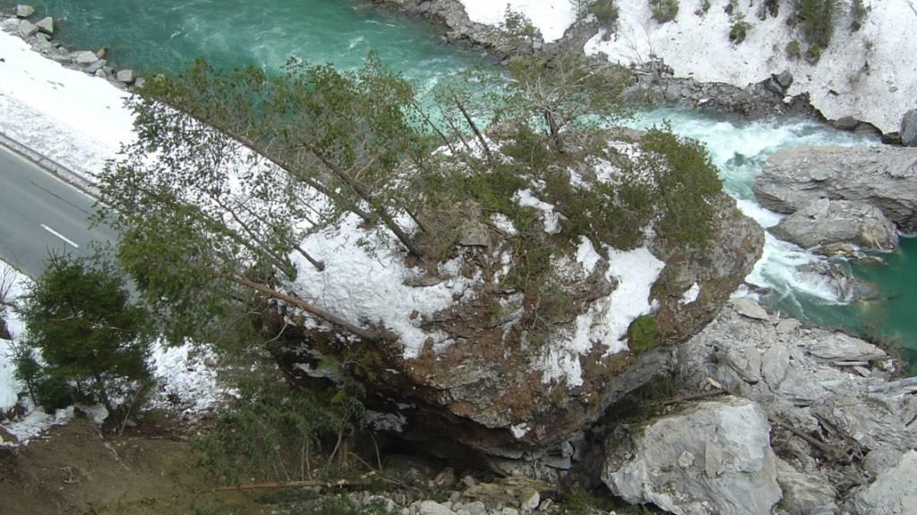 Ein Felspaket von rund 1600 Kubikmetern war Mitte März zwischen Martina und Vinadi im Kanton Graubünden auf die Strasse und in den Inn gestürzt.