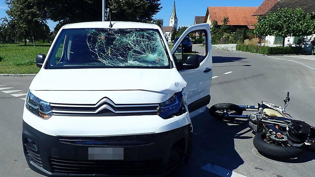 Ein 18-jähriger Motorradfahrer ist bei der Kollision mit einem Klein-Lieferwagen in Sommerei TG verletzt worden.