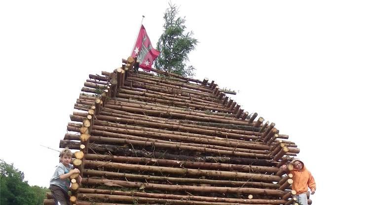 Mit berechtigtem Stolz posieren die Mitarbeitenden vor dem fertigen Kunstwerk, das zuoberst mit der Sulzer Fahne und einer Aufrichtetanne geschmückt wurde.1