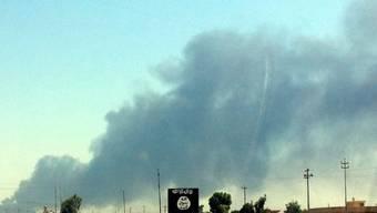 Rauch steigt über der Ölraffinierie von Baidschi auf (Archivbild)