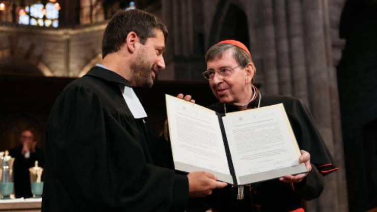 Gottfried Locher als Vertreter der Protestanten (links) und Kardinal Kurt Koch haben die Absichtserklärung für einen Dialog unterzeichnet.