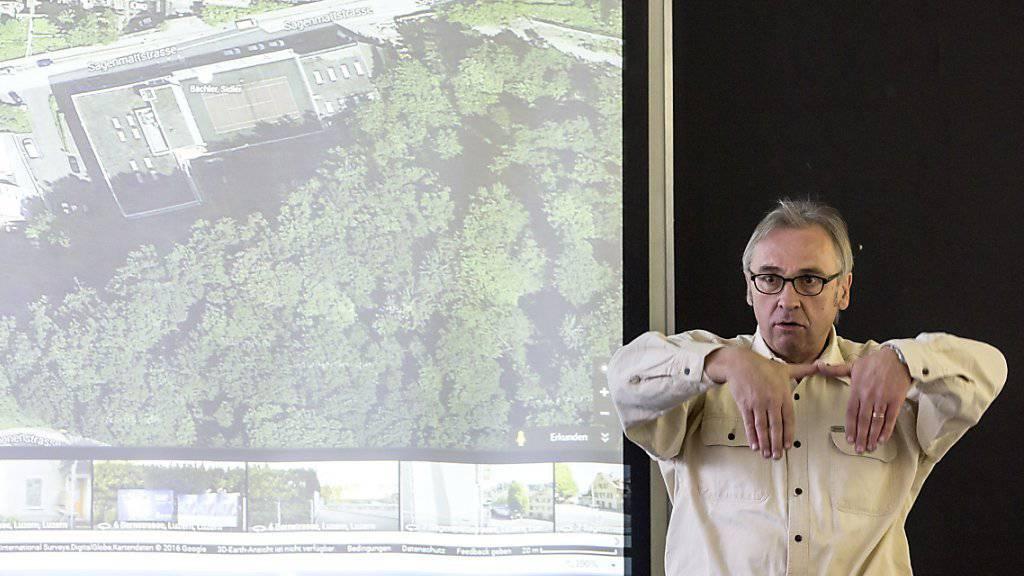 Der Luzerner Geologe Beat Keller spricht an einer Medienkonferenz im Stadthaus nach dem Felssturzalarm an der Sagenmattstrasse über Sofortmassnahmen.